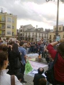 Un orador espontáneo se dirige a los participantes en la concentración convocada por Democracia Real Ya. Ponferrada, 19 mayo 2011.  Foto: Enrique L. Manzano.