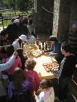 Carnaval en Lago de Carucedo. Ofrecimiento vecinal de vinos y pastas. 6 marzo 2011. Foto: Enrique. L. Manzano.