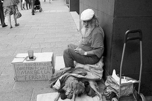 La mendicidad es una de las caras visibles de la pobreza. 2015. Huffingtonpost.es.