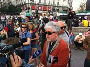Pedro Almodóvar se solidarizó con los 'indignados' de la Puerta del Sol. Madrid, 12 mayo 2012. Publico.es. Foto: Joan Losa.