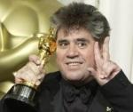 Pero Almodóvar, con uno de los dos óscares cinematográficos que ha ganado. Proyectoargantonio2.blogspot.com.es.