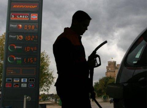 Un empleado de una gasolinera en la provincia de Madrid. Elpais.com. Foto Santi Burgos.