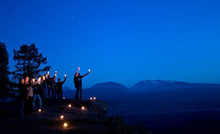 Activistas climáticos celebran 'La Hora del Planeta'.