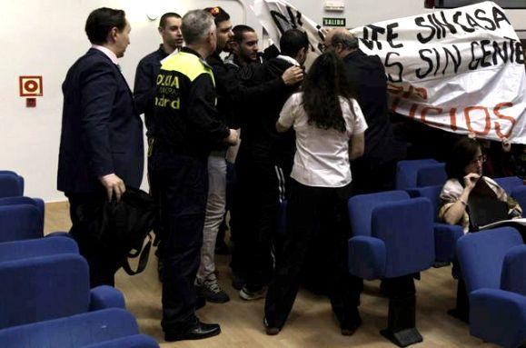 Protesta antidesahucios en Moratalaz. 17 febr. 2014. Publico.es.