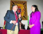 El ex alcalde de Grazameda,  Antonio Mateos, cediendo el bastón de mando a su sobrina, Lara, en 2003. Diariodecadiz.es.