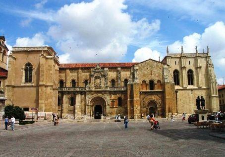 La basílica de San Isidoro en León, en cuyo claustro se reunieron las primeras cortes europeas. Fuente: wikipedia.org. Foto: Luidger.