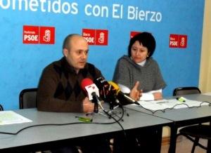 Los procuradores socialistas Javier Campos y Ángela Marqués. Ponferrada, 11 febr. 2012. Foto: Enrique L. Manzano.