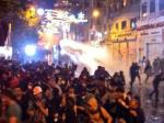 Manifestantes turcos huyen de los chorros de agua tóxicos. Junio 2013. Fuente: contrapoder.es.