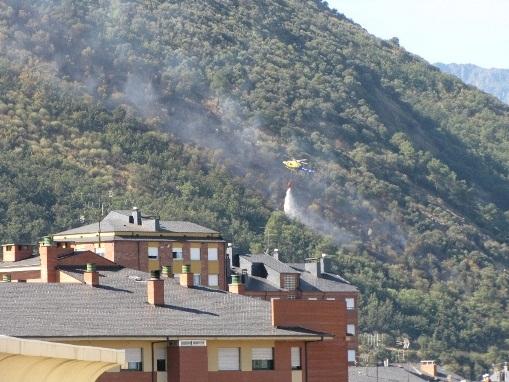 Un helicóptero procede a apagar un incendio en la falda del monte Pajariel. Ponferrada, 14 agosto 2010. Foto FAF.