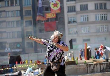 Una mujer turca utiliza un tirachinas contra los antidisturbios. Junio 2013. Fuente: Facebook.com.