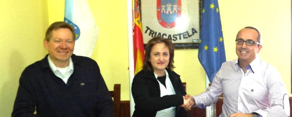 Firma del convenio entre  Votorantim y el ayuntamiento de Trioacastela. 2014. En el centro, la alcaldesa, Olga Iglesias. Triacastela, 16 marzo 2015. Economía digital.es.