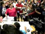 Ada Colau depositando su voto. Barcelona, 24 mayo 2015. Economía Digital.es.
