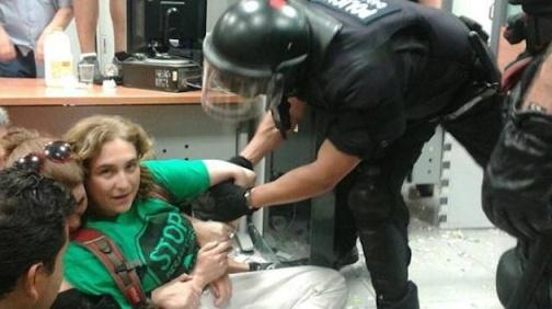 Ada Colau durante una protesta en un banco. Fuente: elpais.com.