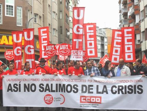 Arranque de la manifestación frente a las sedes sindicales. Primero de Mayo. Ponferrada., 1 mayo 2015. Foto: Enrique L. Manzano.