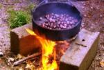 Asando castañas en un 'tixolo'. 2010. Fuente: rtve.es.