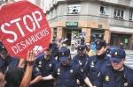 PAH y 15M intentando parar un desahucio. Oviedo, 28 jun12 Periodismohumano.com. Foto: Javier-Bauluz.