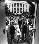Richard Nixon abandona la Casa Blanca forzada su renuncia por el Caso Watergate. Washington, 9 agosto 1974. Wikipedia.org. Foto: Oliver F. Atkins.