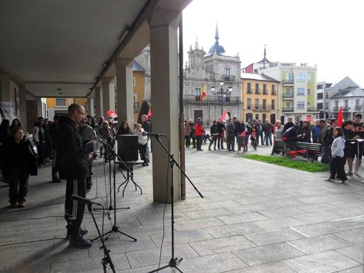 Uno de los manifestantes del 1º de Mayo alternativo lee un manifiesto. Ponferrada, 1 mayo 2012. Foto: Enrique L. Manzano.