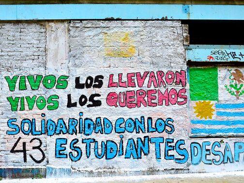 Mural. 'Vivos los llevaron, vivos los queremos. Wikipedia.org. 10 nov. 2014.