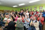 Aplausos en un salón lleno tras la votación que elegía al candidato del PSOE como alcalde. Cacabelos, 13 jun. 2015. Foto Quinito.