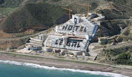 El hotel de El Algarrobico (Carboneras, Almería). 2015. Almeria360.com.