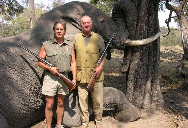 El rey Juan Carlos I posa delante de un elefante abatido durante un safari en Botsuana 2006. Avaaz.org.