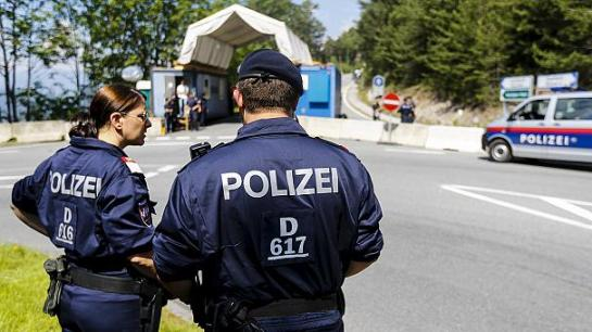 Policía austriaca vigilando la reunión Bilderberg. 12 jun. 2015. Euronews.com.