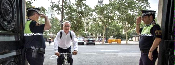 Ribó llega al ayuntamiento valenciano en su primer día de trabajo. 15 jun. 2015. Eldiario.es