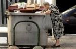 Una anciana buscando comida en un contenedor de basura en Santa Cruz de Tenerife. 2015. Alertadigital.com.