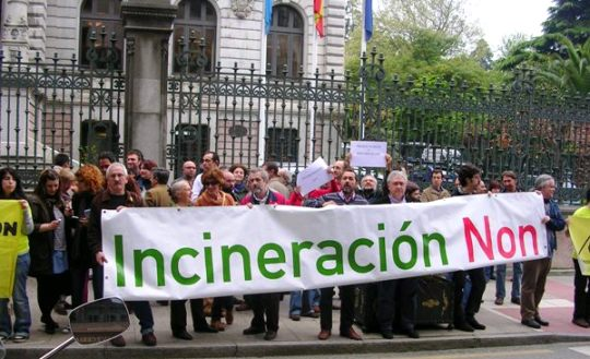 Protesta en Oviedo contra la incineración de residuos. 2015. Asturiasverde.com.
