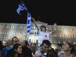 Un muchacho ondea la bandera griega en la celebración de la victoria del 'No' en Atenas. 6 jul. 2015. Cristina Kirchner. Twitter.com.
