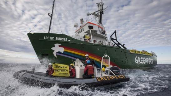 Arctic Sunrise durante una de sus campaña en el Ártico. Eldiario.es.
