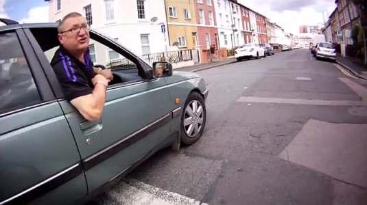La agresividad de un conductor irrespetuoso con  un ciclista se vuelve viral en You Tube. 30 jul. 2015. Elperiodico.com.