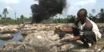 Un nigeriano limpia restos del hidrocarburo dejado por un vertido. Avaaz.org.