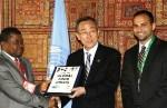 Ban Ki-Moon, el secretario General de la ONU recibe la petición de Avaaz sobre la crisis alimentaria de manos de Sam-Sesay, ministro de Agricultura de Sierra Leona y de Rcken Patel, de Avaaz.org.