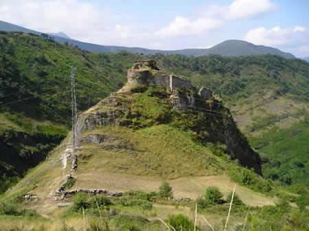 Castillo de Carbedo, en la sierra del Caurell, próximo a Esperante, con el monte Cido detrás. Manuelgago.org.
