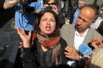 MOH01 TRIPOLI (LIBIA) 26/03/2011.- Iman Al-Obeidi (c) denuncia a la prensa haber sido objeto de una agresión sexual durante los dos días que permaneció detenida tras haber sido arrestada en un puesto de control Trípoli, hoy, sábado 26 de marzo de 2011 a las puertas del hotel Rixos de Trípoli (Libia). Varias informaciones apuntan a que Al-Obeidi fue arrestada mientras contaba su experiencia a los periodistas por parte de oficiales libios y trasladada a una localización desconocida. EFE/Mohamed Messara