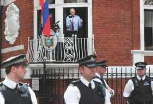 Julián Assange en el balcón de la embajada de Ecuador. Londres, 20 dic. 2012. Contrainjerencia.com.