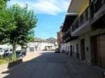 La calle principal de San Pedro de Olleros, donde se celebró la reunión convocada por el alcalde de Vega de Espinareda. 10 sept. 2012. Foto: Enrique L. Manzano.