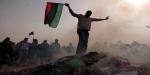 Opositores a Gaddafi enarbolan la antigua bandera del país. Avaaz.org.