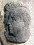 Retrato en relieve de Ramón Cabanillas al pie de una estatua en Cambados. Wikipedia.org. Autor Luis Miguel Bugallo Sánchez.