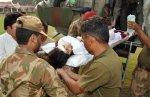 Soldados paquistaníes trasladan a Malala Yousafzai al hospital militar de Peshawar después del intento de asesinato. AFP.