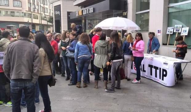 Protesta contra el TTIP en Ponferrada, con el autor de este blog tras la mesa.  Ponferrada, 11 oct. 2014.
