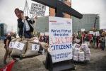 Entrega de más de tres millones de firmas contra el TTIP. Berlín, 10 oct. 2015. Noalttip.blogspot.com.es.