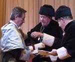 Iñaki Gabilondo (izquierda), apadrinado por Federica Mayor Zaragoza (centro) es nombrado Doctor Honoris Causa por la UIMP. Santander, 21 jun. 2012. Periodistas.es.org.