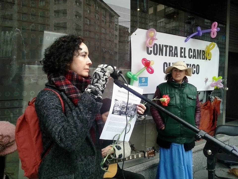Intervención de un participante en la concentración. Ponferrada, 29 nov. 2015. Foto: Nicolás Sobrín.