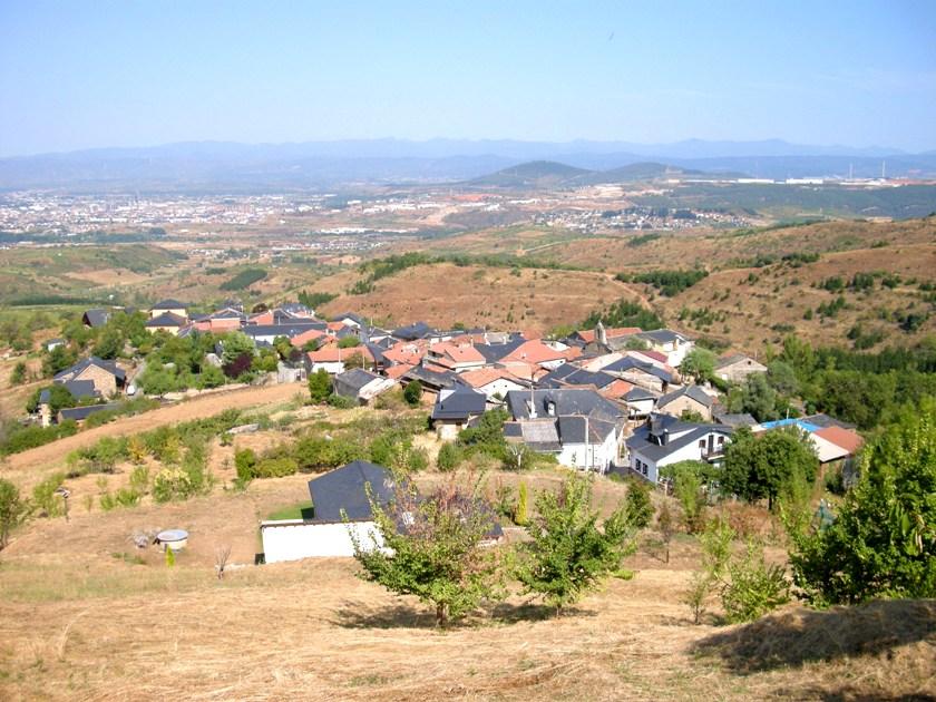 Vista general del pueblo de Lombillo desde el Encinar, con Ponferrada al fondo. Lombillo, 28 agosto 2008. Foto: Enrique L. Manzano.