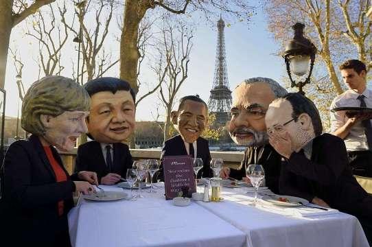 Activistas de Oxfam disfrazados de Angela Merkel, Xi Jinping, Barack Obama, Narendra Modi y Francois Hollande. París, 2 dic. 2015. Afp.