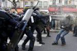 Activistas se enfrentan a la policía en el centro de París tras prohibirseles manifestarse por motivos de seguridad. Eric Gaillard. Reuters.