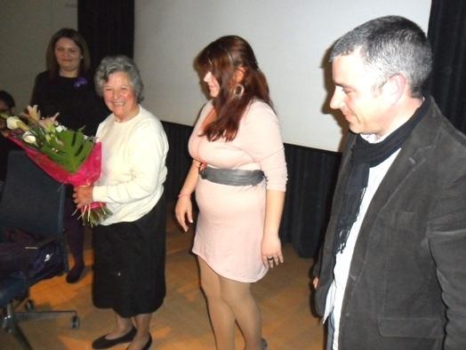 Ángela Losada sonríe tras recibir el homenaje de los presentes. Premio Mujeres Progresistas Bercianas. Ponferrada, 7 marzo 2012 Foto: Enrique L. Manzano.
